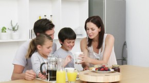 Šeima prie stalo